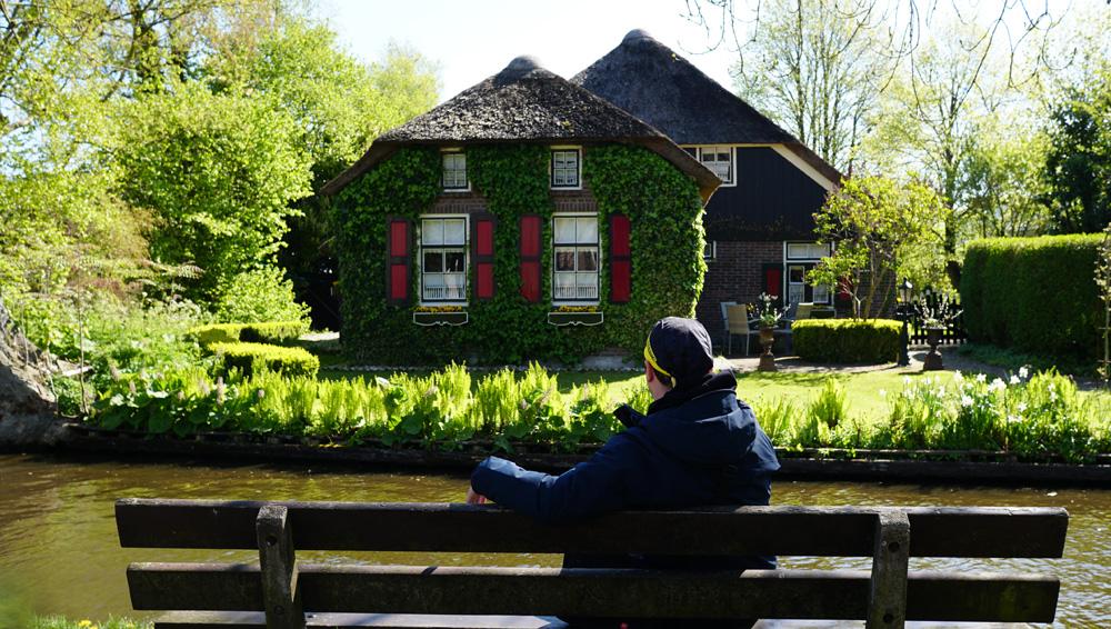 Giethoorn 'da sıradan bir ev manzarası
