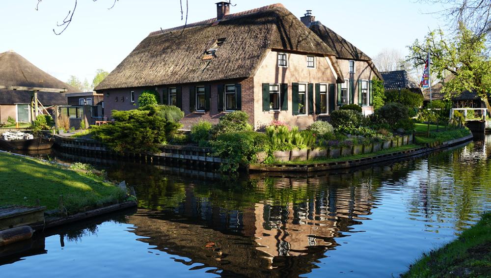Giethoorn 'da sıradan bir başka ev manzarası.