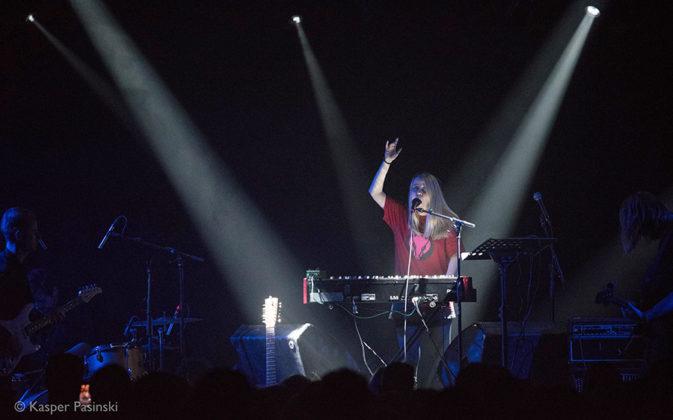 Picture of Anna von Hausswolff in concert with photography by Kasper Pasinski