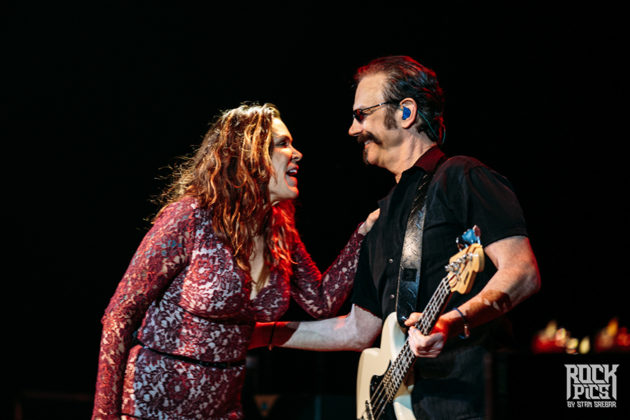 Picture of Beth Hart in concert with Concert photographer Stan Srebar