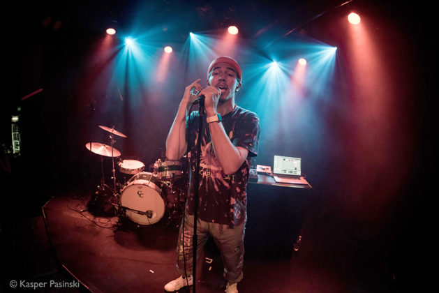 Picture of Rhetorik in concert with photography by Kasper Pasinski