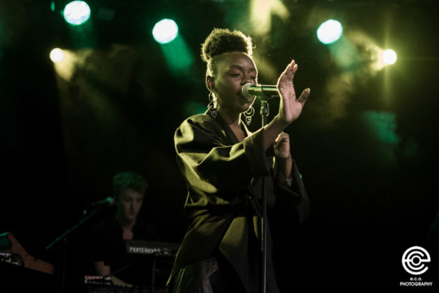 Picture of Esther Kirabo in concert with music photography by Eva Catarina Olausson