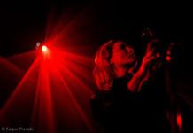Picture of the rock singer Cate Le Bon in concert by Denmark gig photographer Kasper Pasinski