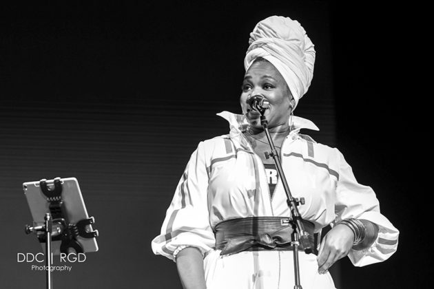 Picture of the R&B singer India.Arie in concert taken by Dee Carter