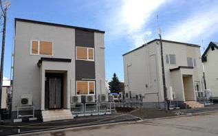 """Daikin's airtight high thermal insulation house (left) and standard test house (right)  Left: """"Airtight high thermal insulation housing"""""""