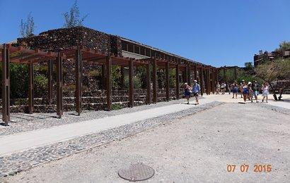 Celé acheolog.naleziště Akrotiri je v hale za pergolou.