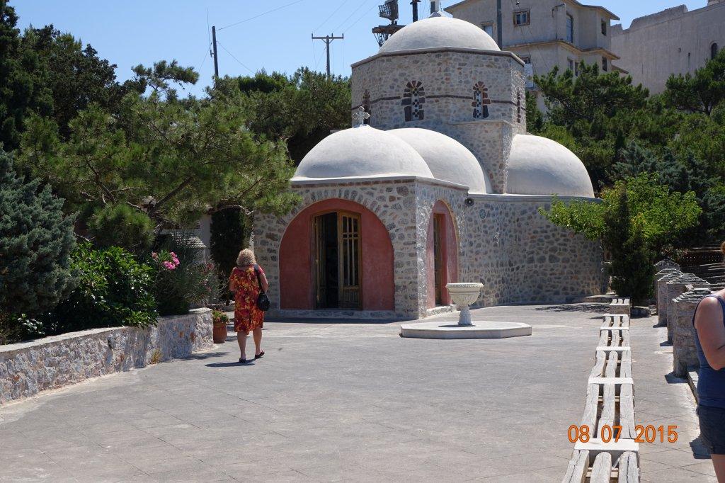 Kostelík Ag.Nektarios a v pozadí stejnojmenný klášter.
