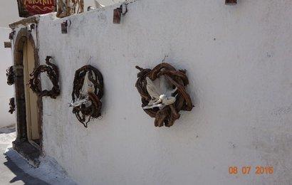 Obchůdek s řeckými produkty ozdobený hnízdy bývalé vinné révy.