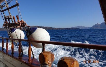 Na okružní plavbu kalderou vyplouváme z přístavu Athinios.