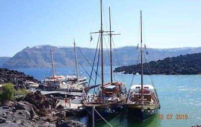 Zakotvili jsme v malém přístavu na Nea Kameni.