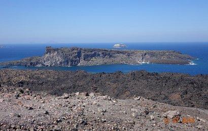 Z vrholu máme výhled na Aspro Nisi a Palaio Kameni