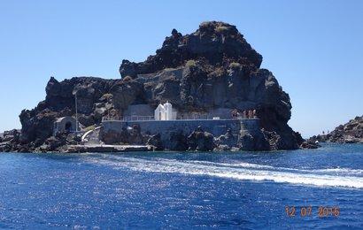 Závěrečná část plavby kalderou je podél ostrova Santorini.