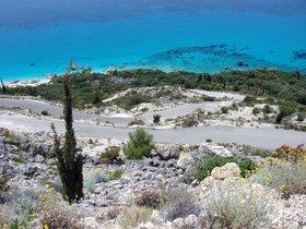 sjezd k plážím - vlevo část Megali Petra Beach