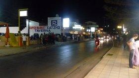 Hlavní ulice Kokkini Hani v noci