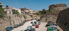 Příkop u staré pevnosti je dnes využíván jako parkoviště