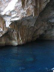 Paxos - výlet lodí z malého  přístavu Benitses poblíž Kerkyry - jeskyně Ipapandi -říká se ,že byla domovem Poseidona