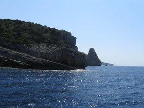 Paxos - výlet lodí z malého  přístavu Benitses poblíž Kerkyry - vysutý masiv Orthólithos - obrovský skalní prst ,čnící z moře