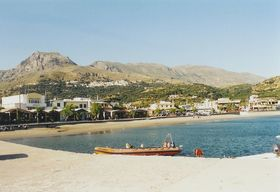 pláž a městečko Plakias z přístavního mola