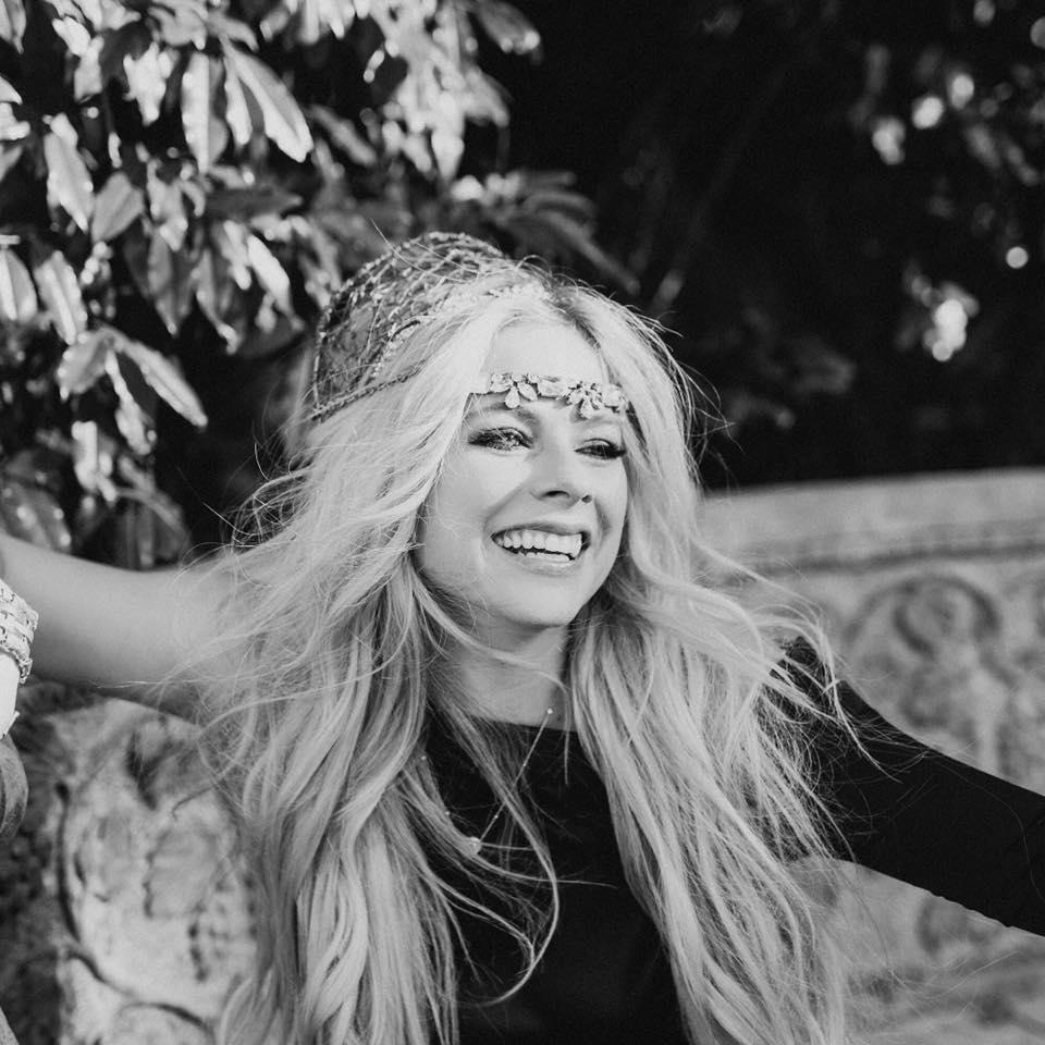 """Nieuwe single Avril Lavigne – """"Tell Me It's Over"""""""