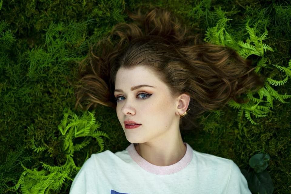 """Nieuwe single Maisie Peters – """"Stay Young"""""""