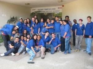 Vertreter der israelischen Gewerkschaftsjugend vor dem Histadrut Gebäude