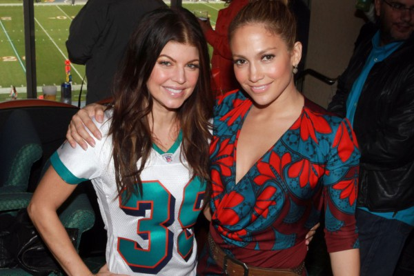 fergie-and-jennifer-lopez-pose-for-photos-at-miami-dolphins-game-1024x793