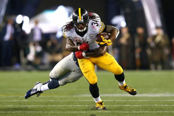 FOXBORO, MA - SEPTEMBER 10: DeAngelo Williams #34 of the Pittsburgh Steelers runs with the ball against Dont'a Hightower #54 of the New England Patriots at Gillette Stadium on September 10, 2015 in Foxboro, Massachusetts. (Photo by Maddie Meyer/Getty Images)