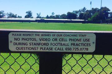 """""""Не влезай, убьет!"""" - предупреждает табличка на ограждении тренировочного поля Стэнфорда. Фото Максима Осокина"""
