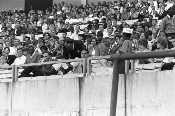 Полиция проверяет двух молодых людей на трибунах стадиона Atlanta Stadium.