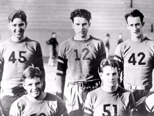 Ричард Никсон (#12) вместе с товарищами по университетской команде, 1930 год.