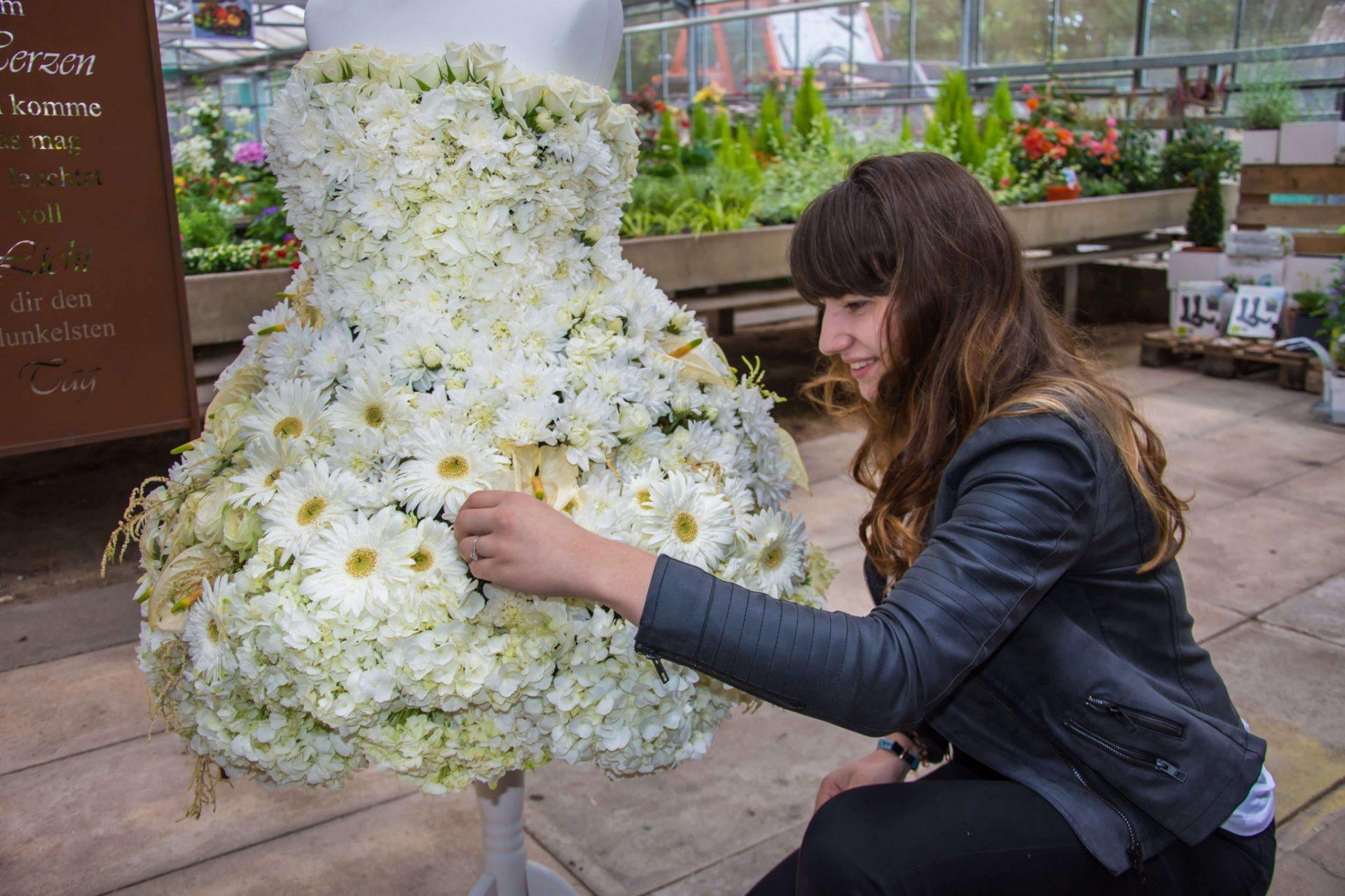 Ein Brautkleid aus weißen Rosen – fränkischer.de