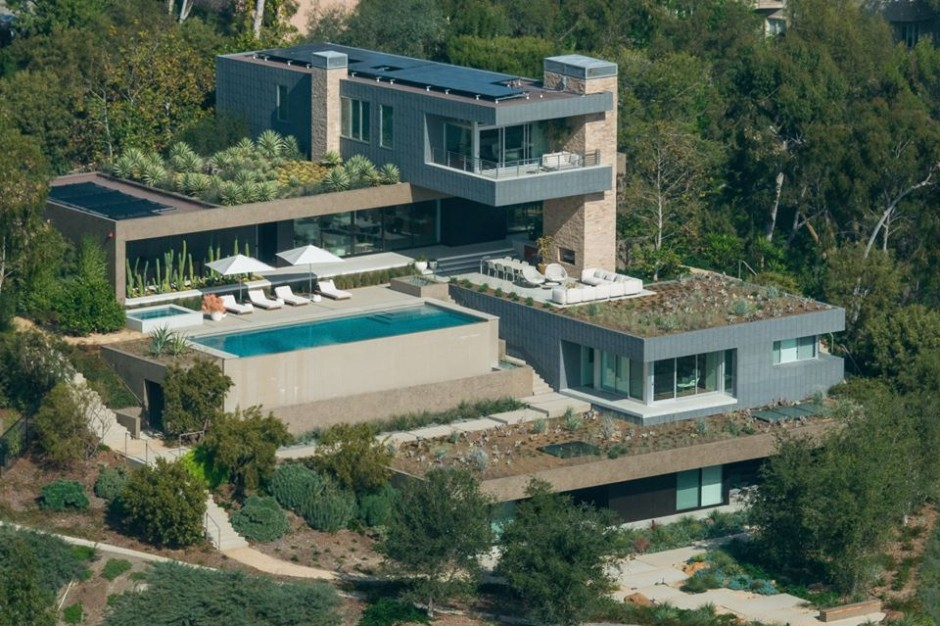 Stunning modern mansion in beverly hills on the market for Modern mansions in beverly hills