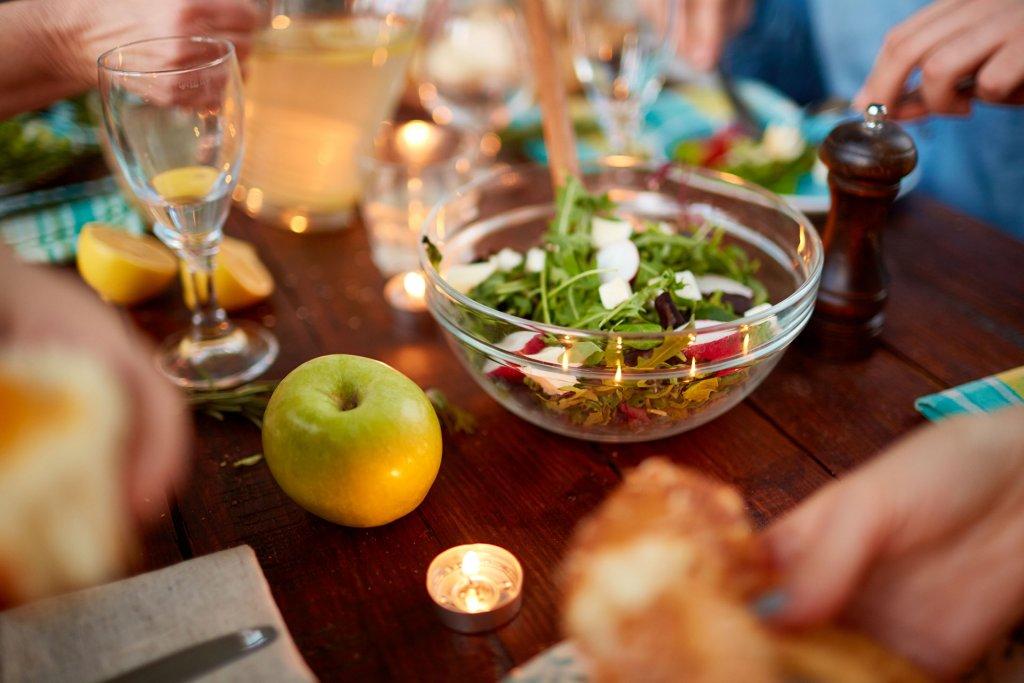 tafel met appel en sla