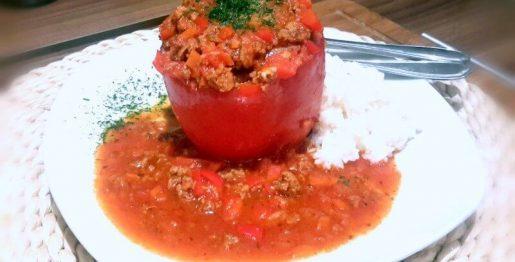 Gefüllte Paprikaschoten in einer würzigen Tomatensoße