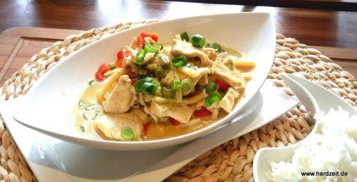 Thai - Curry mit Hühnchen, Paprika und Erdnusbutter