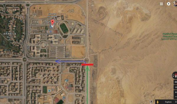 السهم الأخضر يوضح إتجاه السيارة قبل محاولة قطع الطريق، المربع الأحمر يوضح مكان المحاولة، أما السهم الأزرق فيوضح إتجاه السيارة بعد نجاحها في الهروب - الصورة من خرائط جوجل
