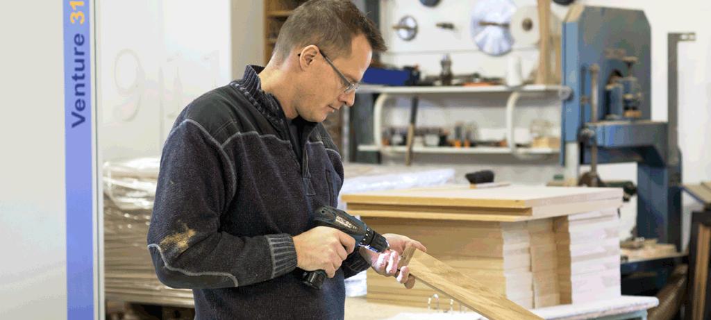 Kent Gjørup i gang med at lave bordben til laminatbord