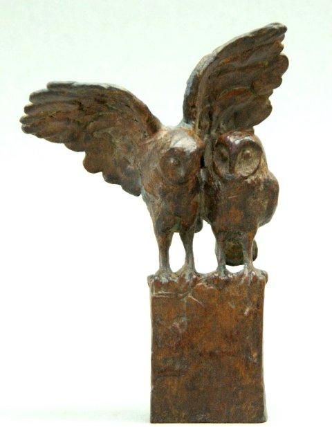 Loek bos dubbeluiltje met uitgestrekte vleugels  brons  oplage 8  hoogte 14 cm.