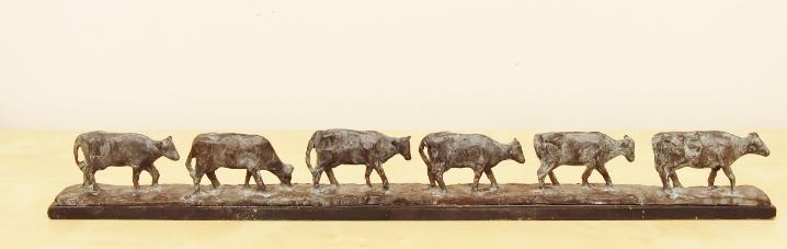 Marina v.d. kooi melkrij  zes koeien op een rij  brons op steen  hoog 8 cm. lang 68 cm. e. 1985 00