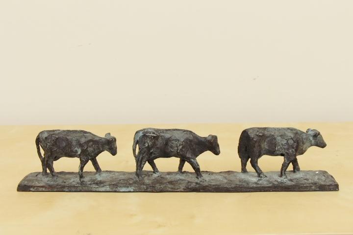Marina v.d. kooi  melkrij  drie koeien op een rij  brons  hoog 6 5 cm. lang 37 cm. laatste gietsel  e. 1400 00