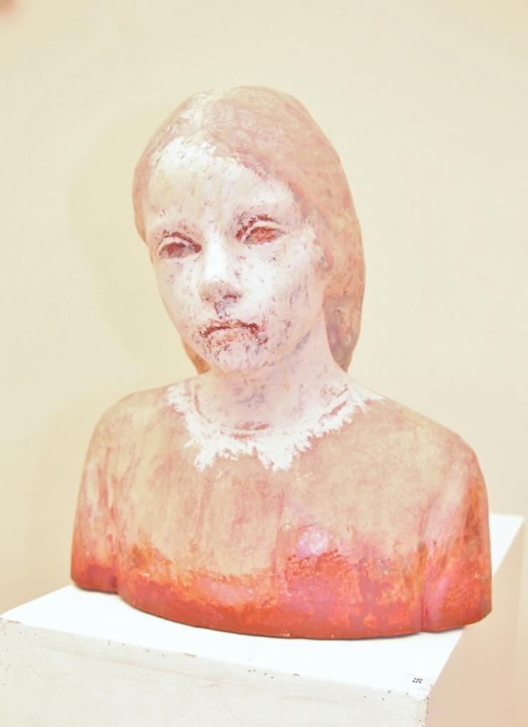 Pedro quesada  girl head  keramiek met pigmenten  hoog 38 cm. e. 2800 00     %282%29