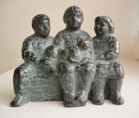 Karin beek  drie kindjes en poes  brons  11 5 x  14 x 6 cm. e. 750 00