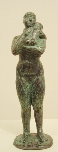 Karin beek  moeder en kind  brons  hoog 25 cm.  1100 00 1