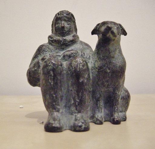 Karin beek  vrouw  zittend   met hond  brons   10 x 10 x 8 cm. e. 495 00