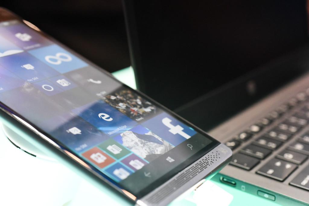 Den nye Elite x3 fra HP med en «Mobile Extender» i bakgrunnen.