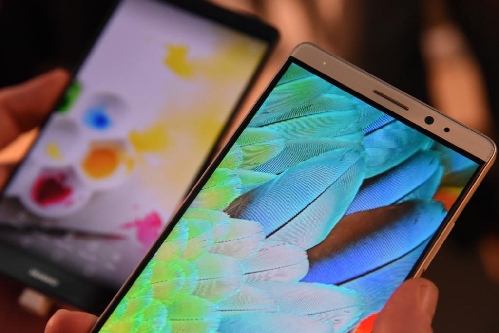 Huawei Mate 8 i standard- og premium-versjoner, som er nesten identiske.