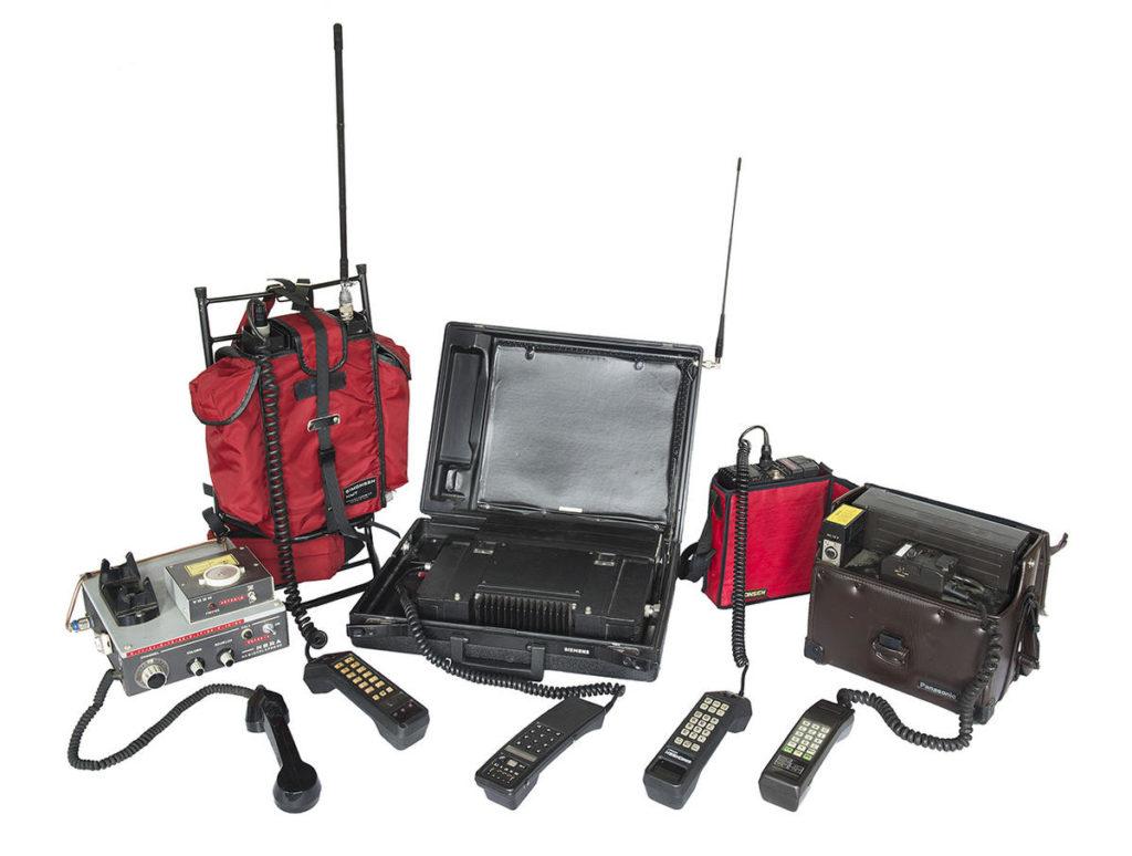 Fra venstre: OLT Nera CN15 mod 1972, NMT 450 Simonsen AMT10 mod 1981, NMT 450 Simens 'stresskoffert' mod 1981, NMT Simonsen Comerad mod 1986, NMT 450 Panasonic 3380 mod 1981