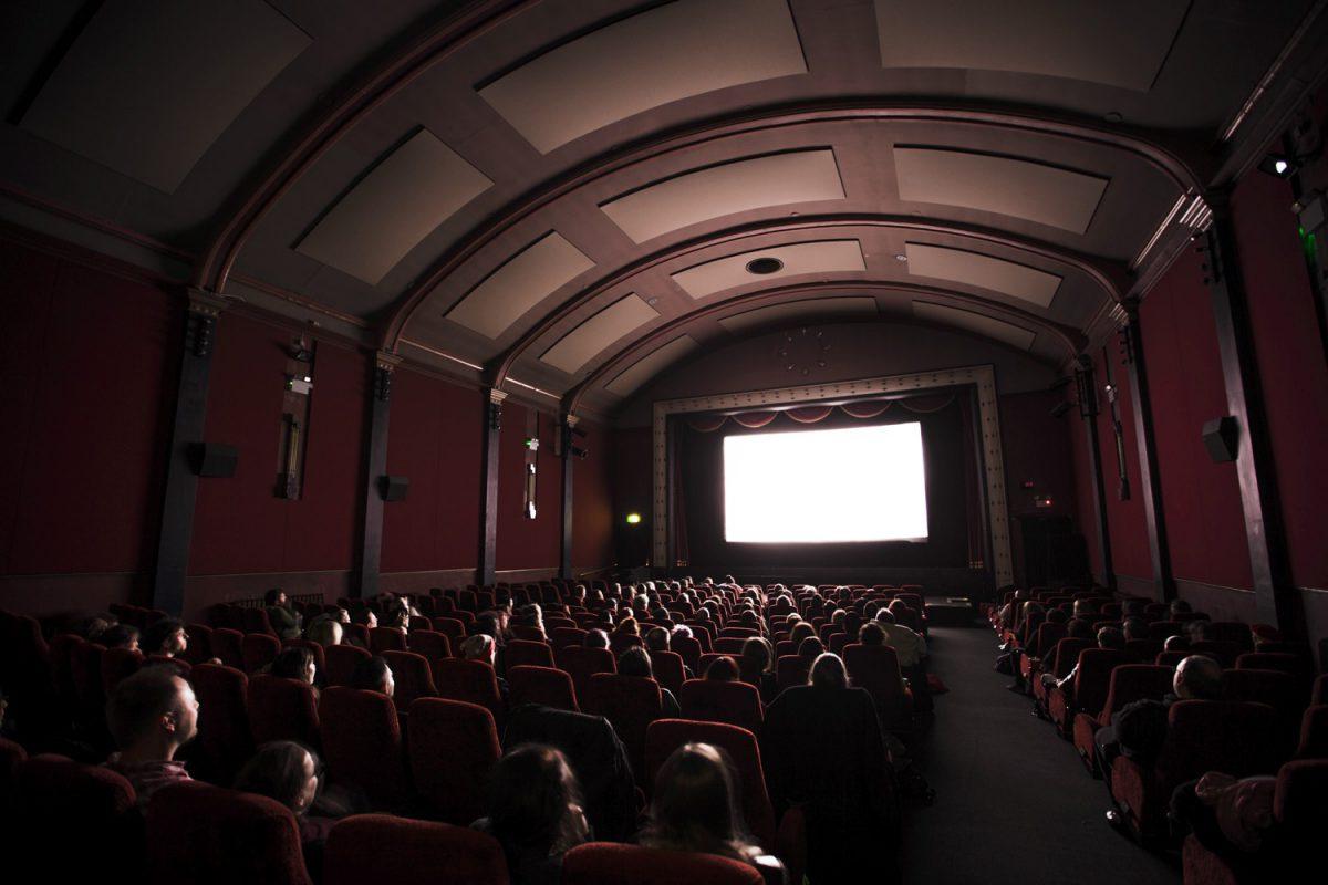 Im Dunkeln sitzen, und auch noch Geld dafür bekommen: der Luxus-Job des Filmkritikers. Photo by Jake Hills on Unsplash