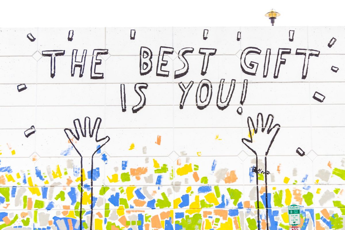 """Ihr seid die besten! Wissen schon die Wände. Graffiti mit Motto """"The Best Gift is You"""". Foto: Dakota Corbin/Unsplash"""