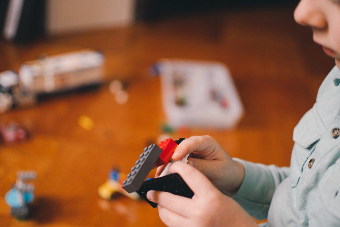 Kind mit Lego in der Hand. Foto: Kelly Sikkema/Unsplash